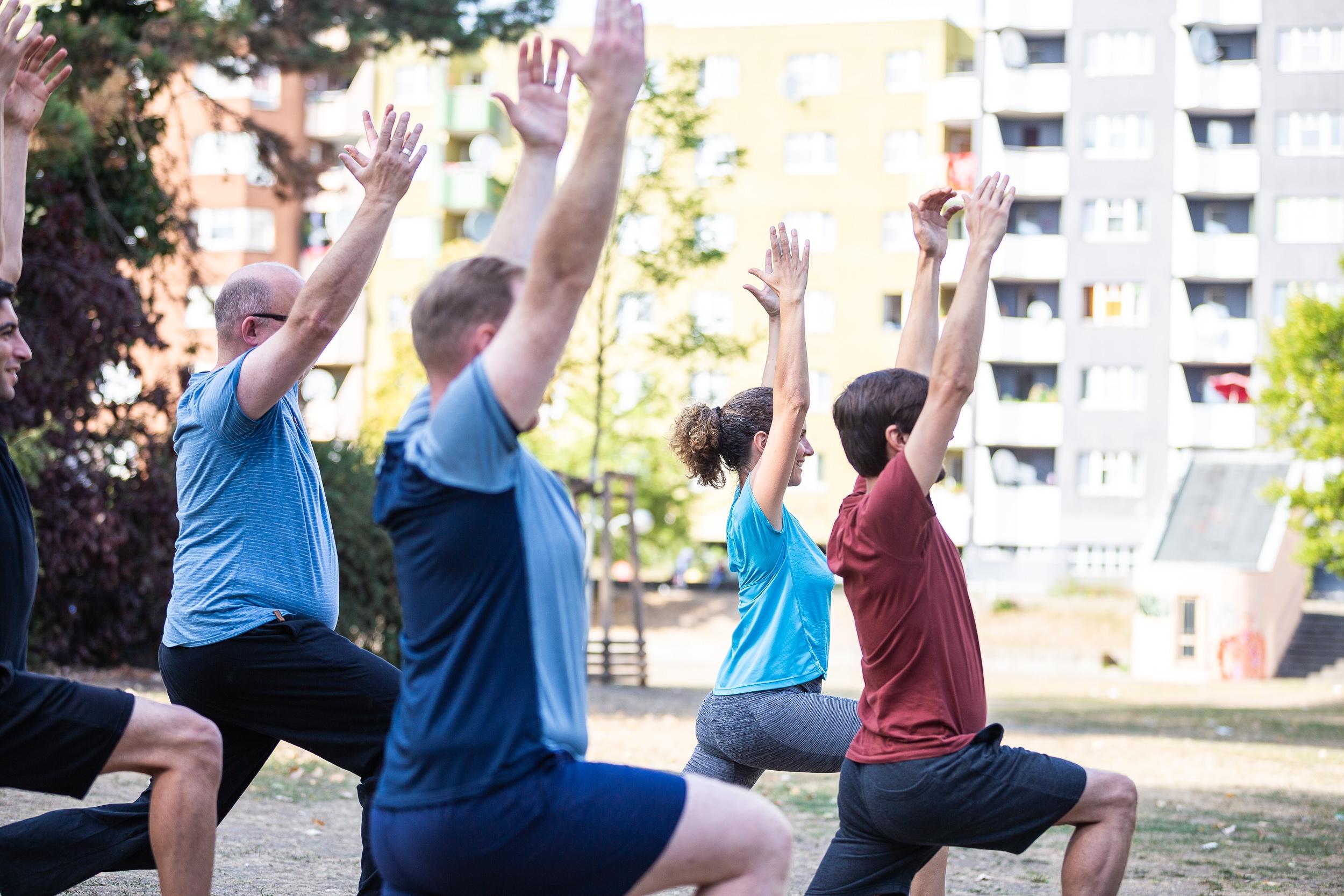 Stadtbewegung Menschen beim Sport im Park Yoga
