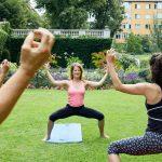 Stadtbewegung Menschen beim Sport im Park Yoga Neukölln