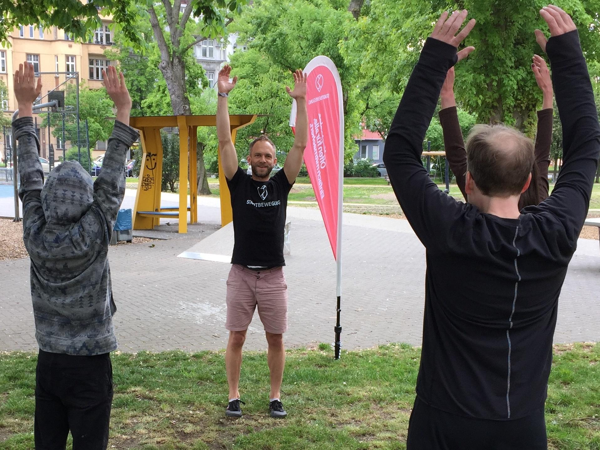 Stadtbewegung Menschen beim Sport im Park Neukölln