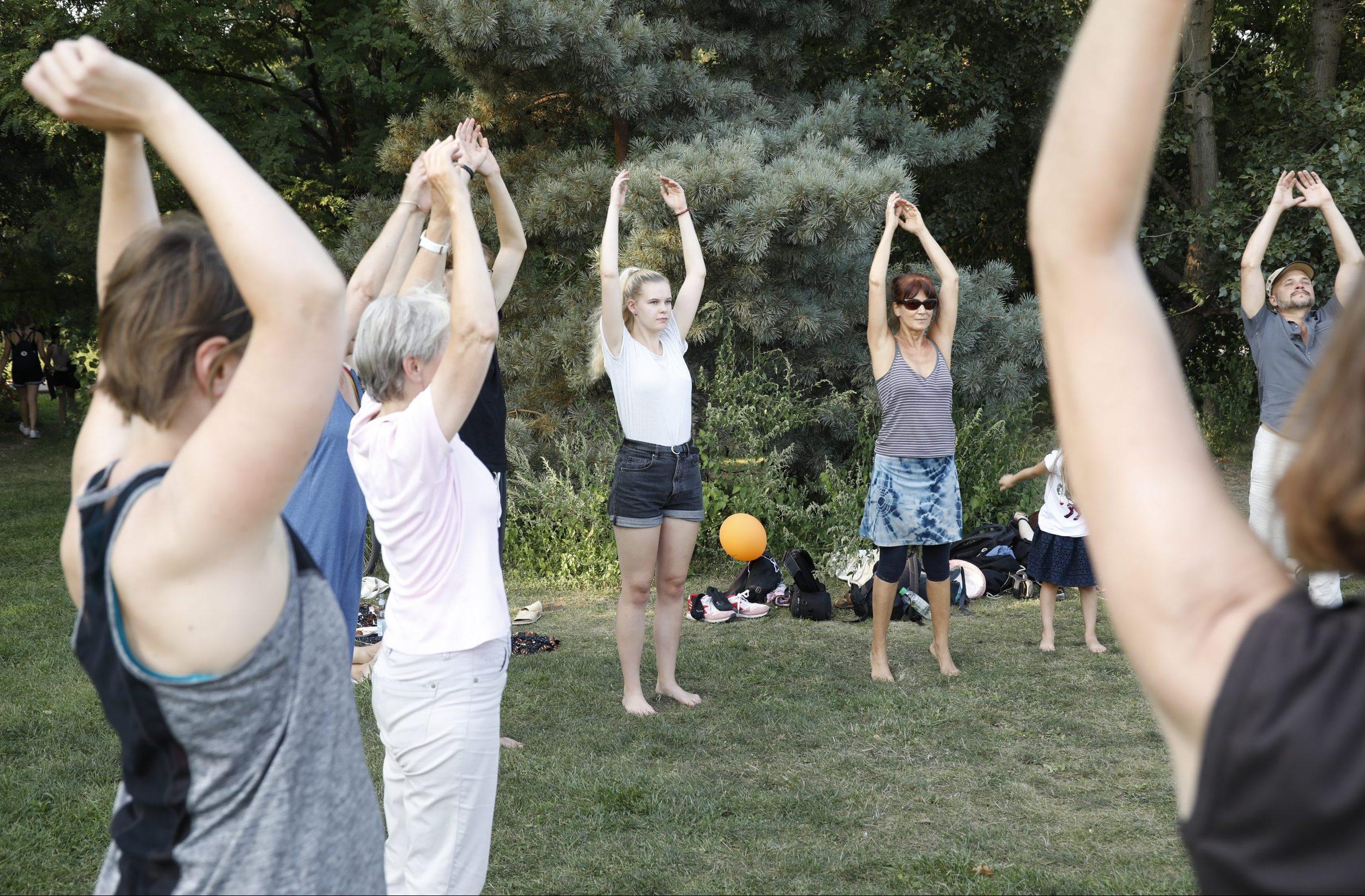 Stadtbewegung Menschen beim Sport im Park Übung